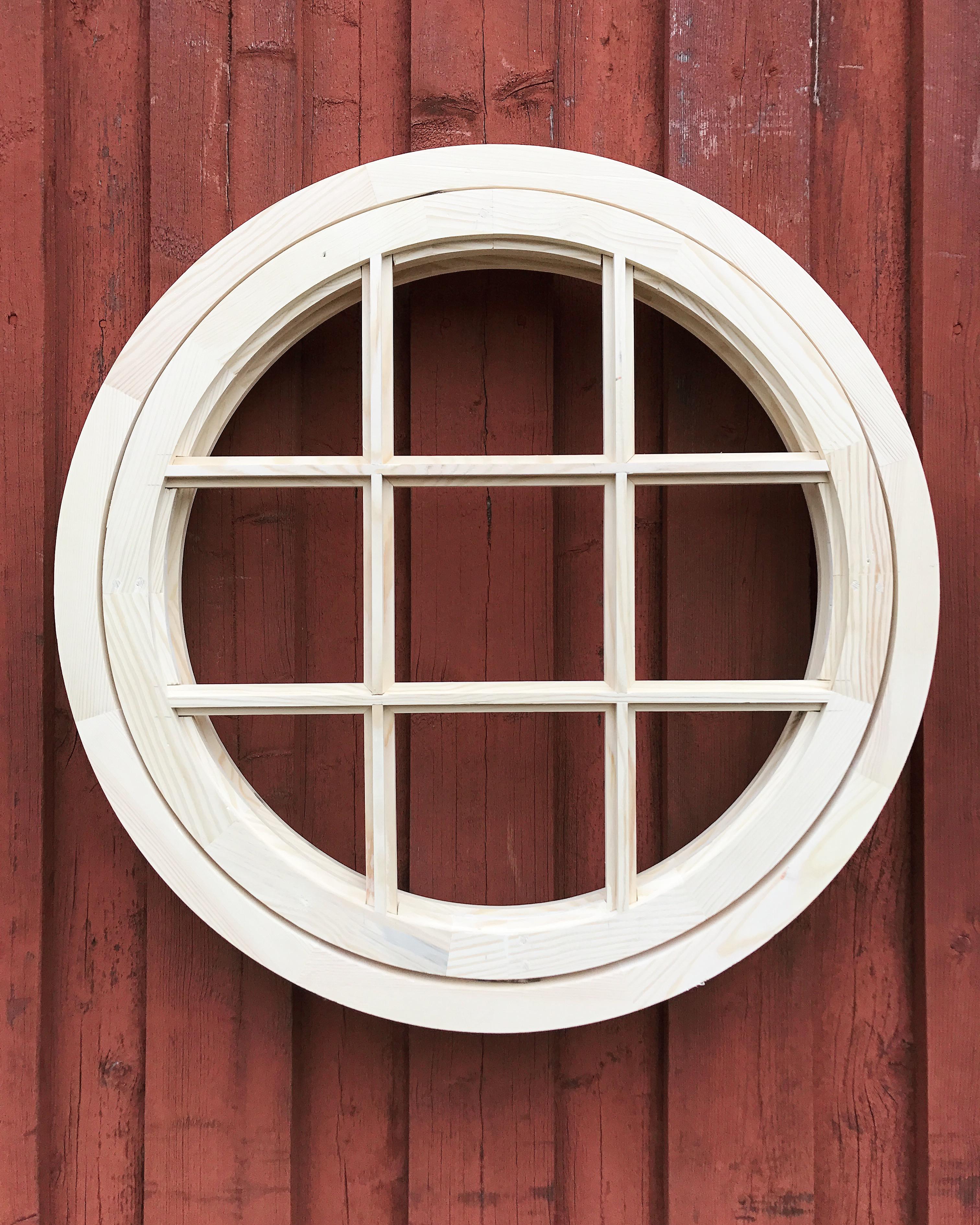 Litet fönster med spröjs